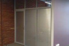 stekljannye-ofisnye-peregorodki-s-dverju-1