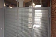 stekljannye-ofisnye-peregorodki-s-dverju-2
