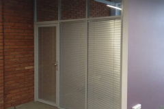 stekljannye-ofisnye-peregorodki-s-dverju-3
