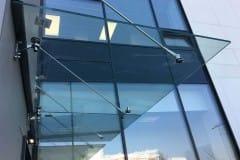 stekljannyj-kozyrek-na-podvesah-v-podmoskove-10