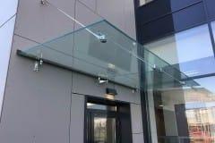 stekljannyj-kozyrek-na-podvesah-v-podmoskove-12
