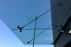 stekljannyj-kozyrek-na-podvesah-v-podmoskove-13