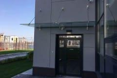 stekljannyj-kozyrek-na-podvesah-v-podmoskove-15