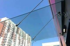 stekljannyj-kozyrek-na-podvesah-v-podmoskove-7