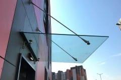 stekljannyj-kozyrek-na-podvesah-v-podmoskove-8
