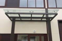 stekljannyj-naves-nad-vhodom-proizvodstvennogo-zdanija-2