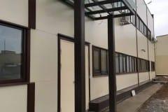stekljannyj-naves-nad-vhodom-proizvodstvennogo-zdanija-4