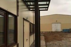 stekljannyj-naves-nad-vhodom-proizvodstvennogo-zdanija-5