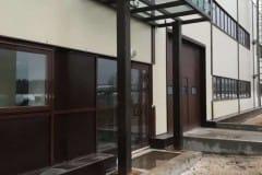 stekljannyj-naves-nad-vhodom-proizvodstvennogo-zdanija-8
