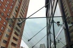 stekljannyj-kozyrek-nad-vhodom-4