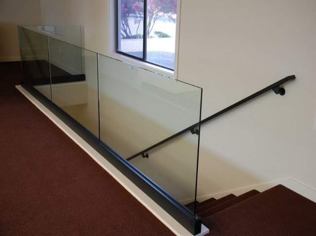 Лестничные стеклянные ограждения на профиле