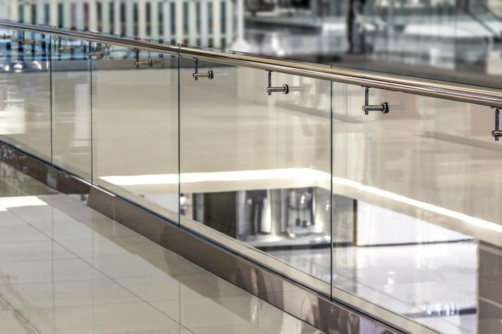 Ограждения для лестниц из стекла на зажимном профиле