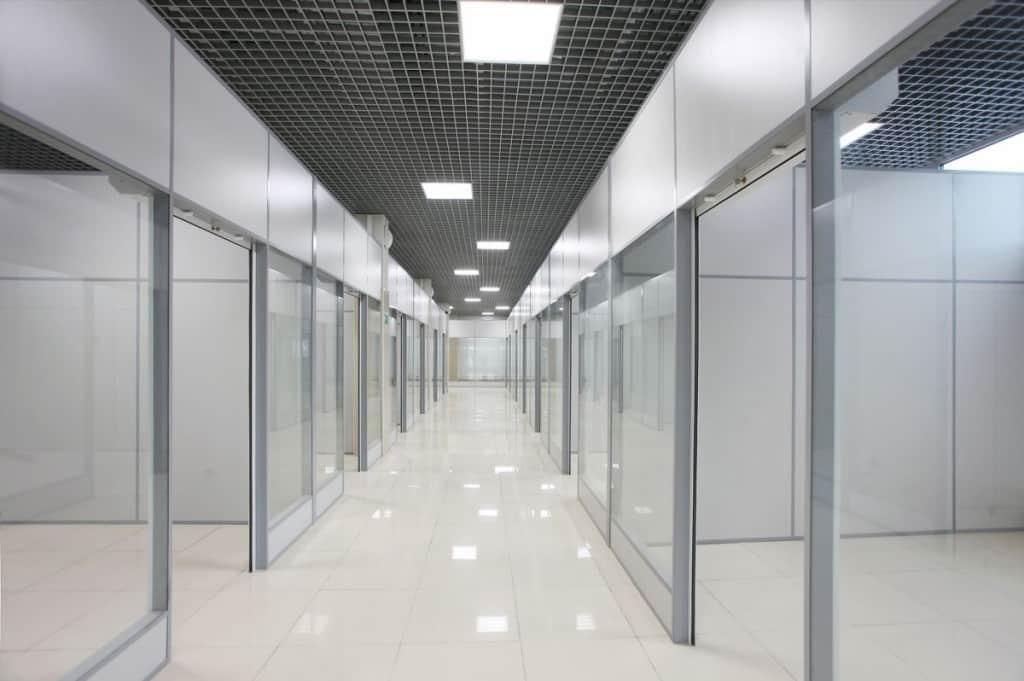 stekljannye-torgovye-peregorodki-15
