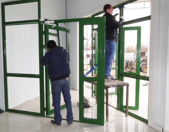 ustaanovka-alyuminievoj-dveri