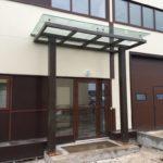 Стеклянный навес над входом производственного здания