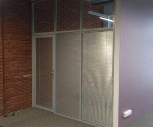 Стеклянные офисные перегородки с дверью