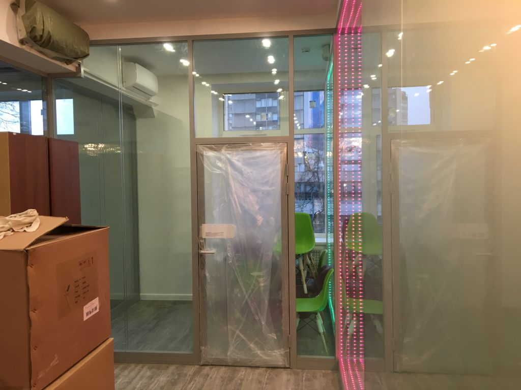 Стеклянные перегородки в офисе на волоколамке