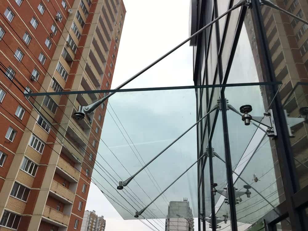 Стеклянный козырек на светопрозрачном фасаде