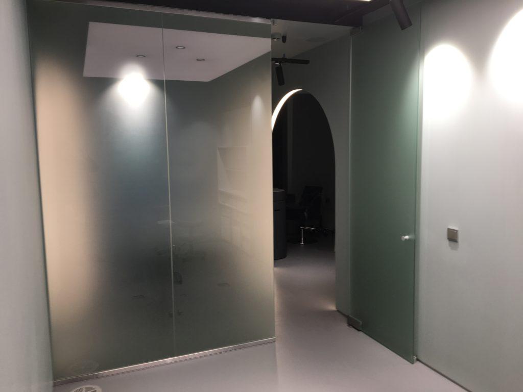 Светопрозрачное зонирование пространства в салоне красоты