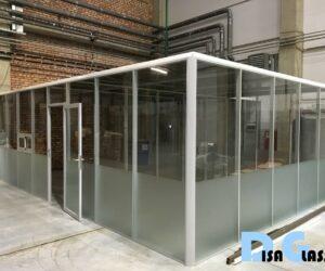 офисное помещение из стекла