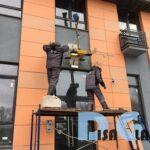 Стеклянные козырьки над входами домов жилового комплекса А101